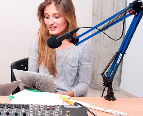 mujer hablando micrófono